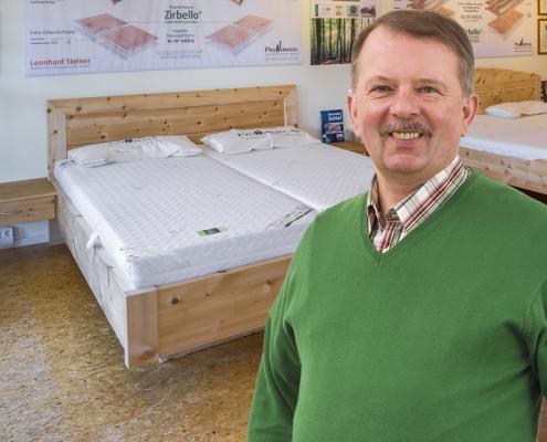 Schlafexperte Leonhard Steiner im Zirbenbett-Schlafstudio in Feldkirchen-Westerham