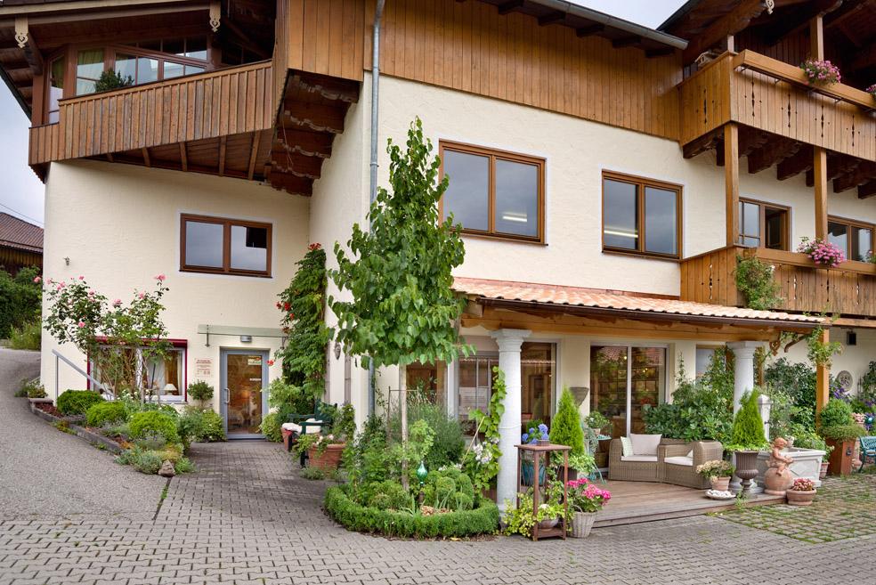 Gebäude der Zirbenschreinerei und Schlafstudio von Leonhard Steiner in Feldkirchen-Westerham, Eingang zum Schlafstudio mit Schlafberatung