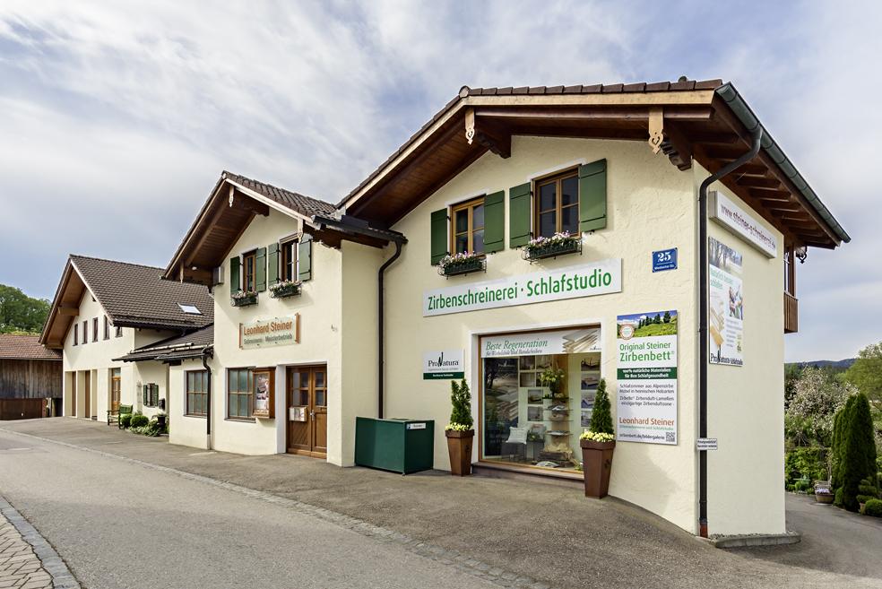 Gebäude der Zirbenschreinerei und Schlafstudio von Leonhard Steiner in Feldkirchen-Westerham, Eingang zur Schreinerei