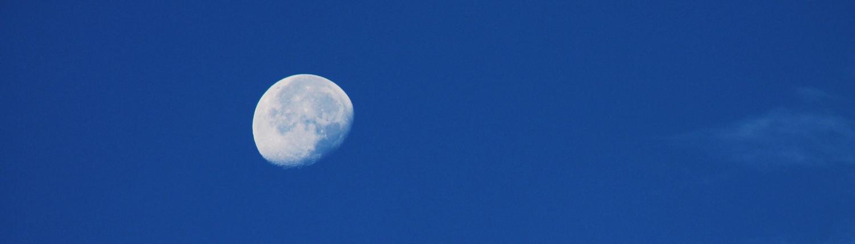 Abnehmender Mond am Morgenhimmel im Winter