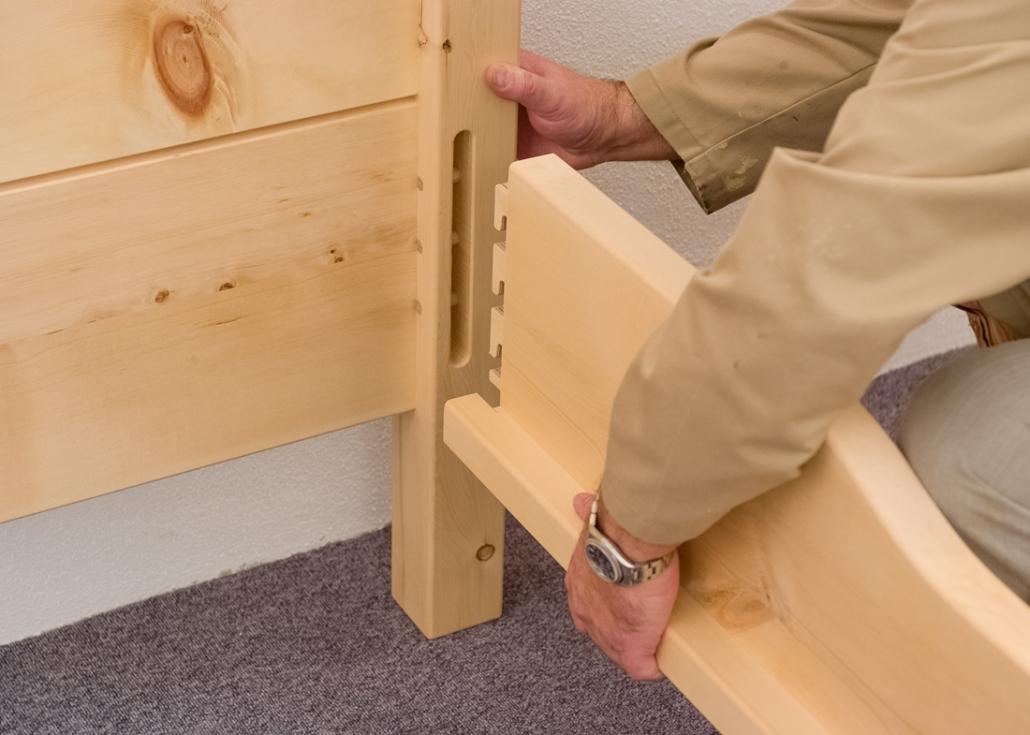 Zirbenbett-Montage ohne Werkzeug und Schrauben, Kopfteil, Fußteil und Seitenwangen im Original Steiner Zirbenbett werden einfach mit den selbst entwickelten, Eckverbindern aus Holz stabil verbunden