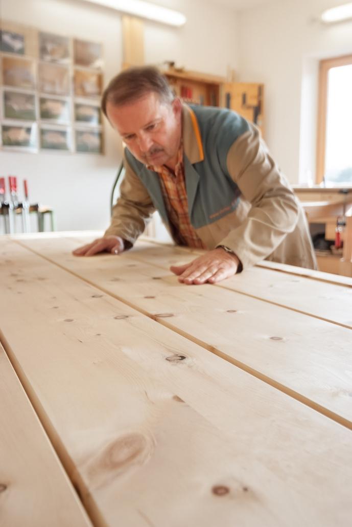 Qualitätskontolle: Leonhard Steiner begutachtet die samtweiche Zirbenholz-Oberfläche eines Kopfhaupts
