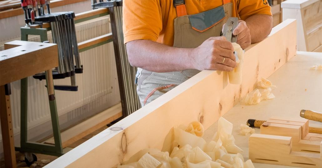 Perfektes Schreinerhandwerk am Hobel, Zirbenholz wird in der Zirbenschreinerei Steiner bearbeitet