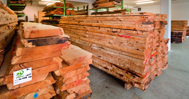 Zirbenholz der Zirbelkiefer aus den Tiroler Alpen, gewonnen aus nachhaltiger Forstwirtschaft lagert in der Zirbenschreinerei Steiner