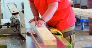 Zirbenholz-Bearbeitung in der Zirbenschreinerei Steiner